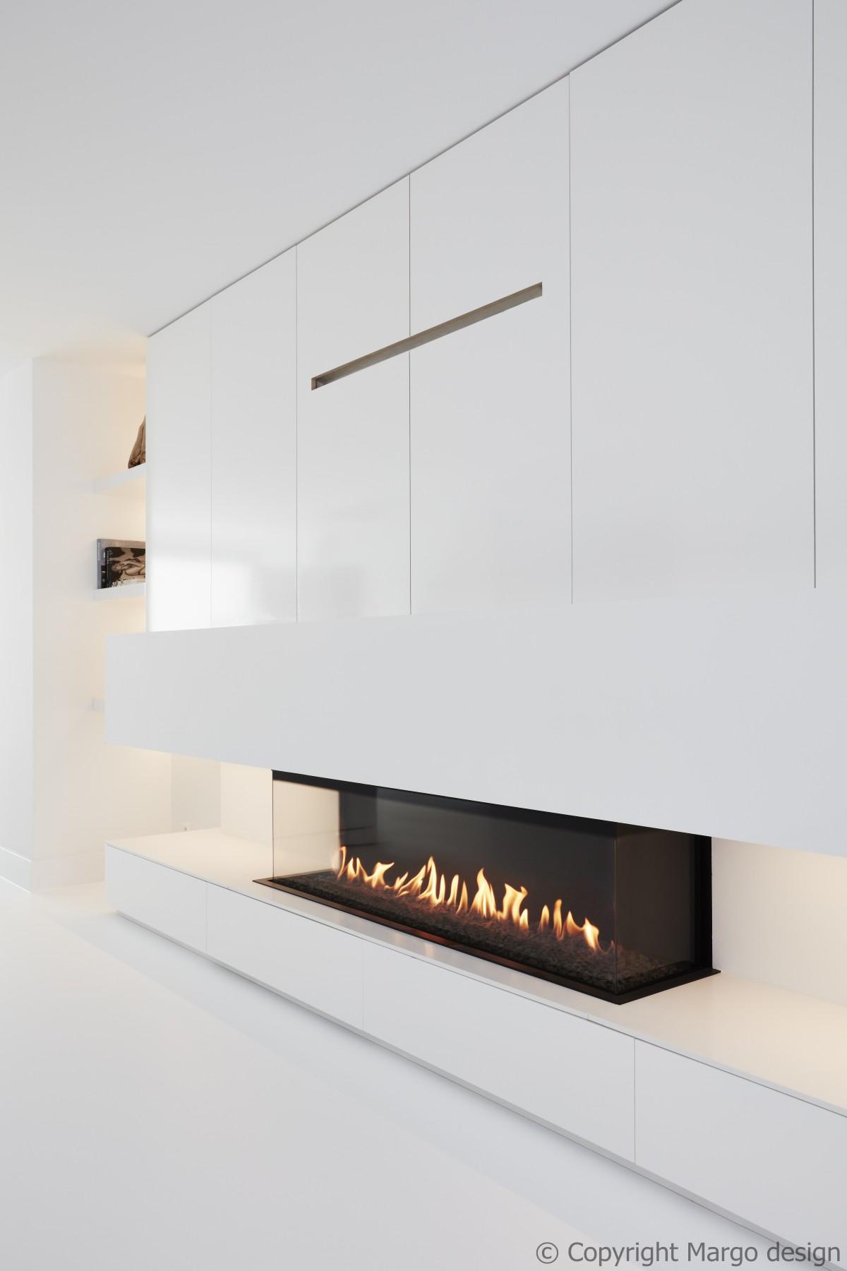 Gashaard M-Design  Luna 1600DC met 2 hoeken,  geplaatst in een haardwand met kasten op maat in een minimalistisch modern design.