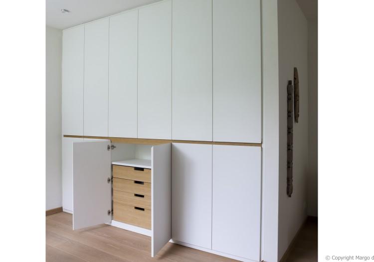 kastenwand- op- maat- in- bureaugedeelte-van-de-woonkamer-deurfronten-in-wit-laminaat-op-maat -gemaakte binnenlades-in-natuurlijke-eik.jpg