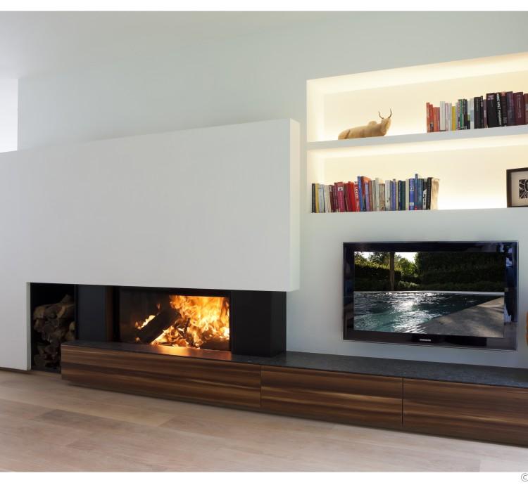 houthaard-met-liftdeur-van-mdesign-uitgewerkt-in-een-moderne-haardwand-met-houtfineer-lariks-geplaatst-door-margo-design-in-Melle